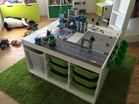 stolik z wbudowanymi pojemnikami na klocki Lego mroomy