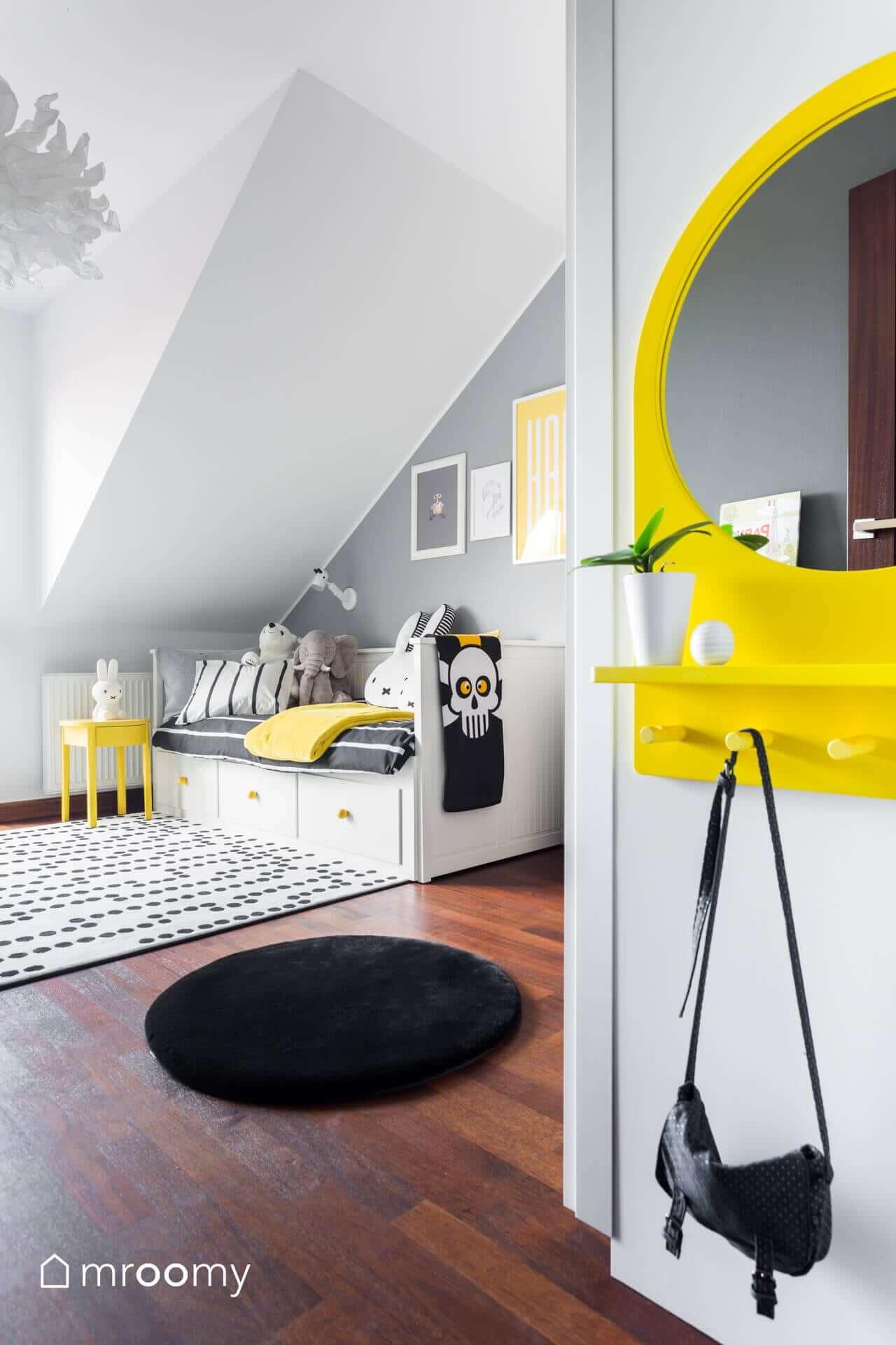 Lustro SALTRÖD Ikea kącik makijażu dla dziewczynki mroomy