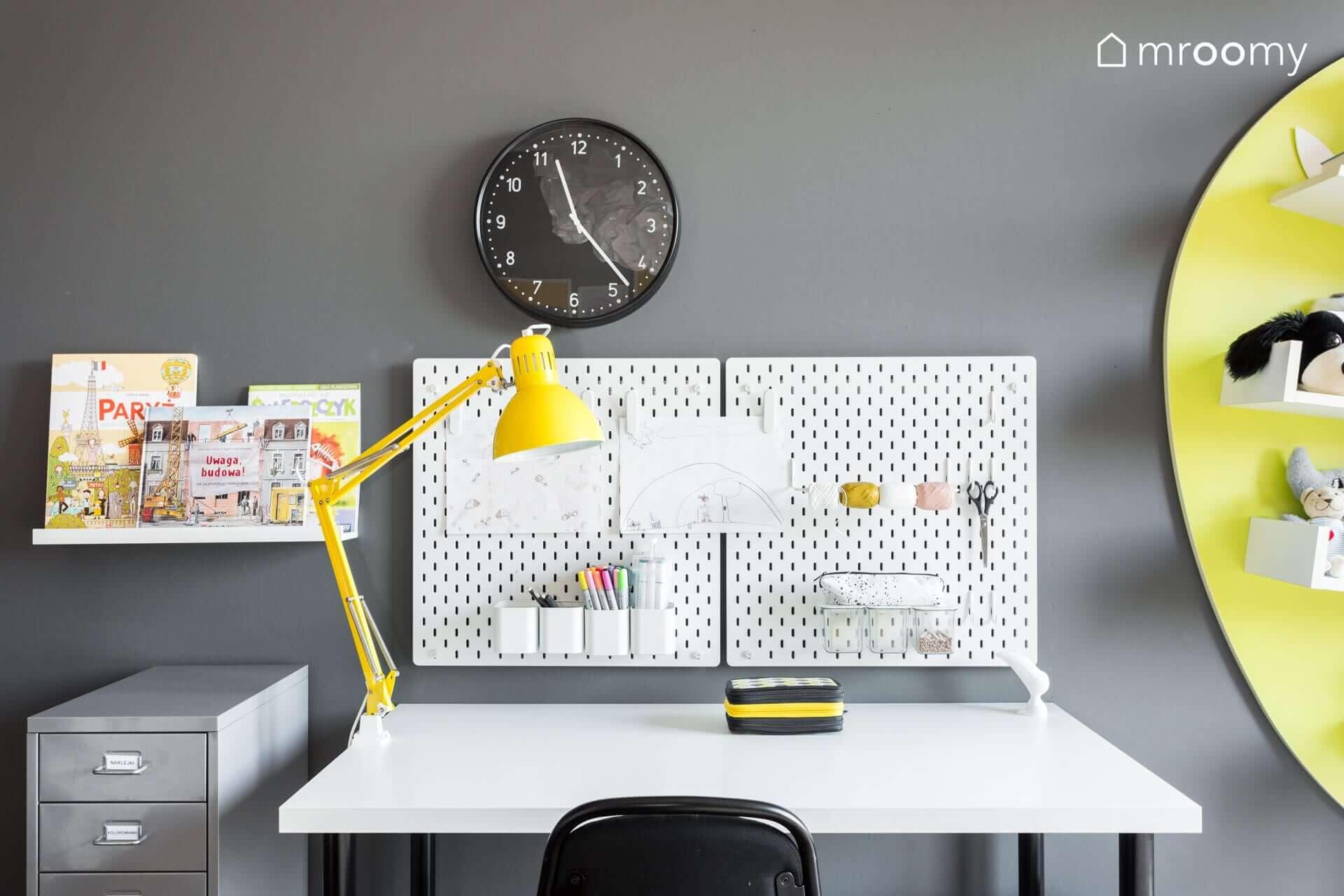 żółto czarny pokój dziewczynki 6 lat biurko zegar skadis ikea