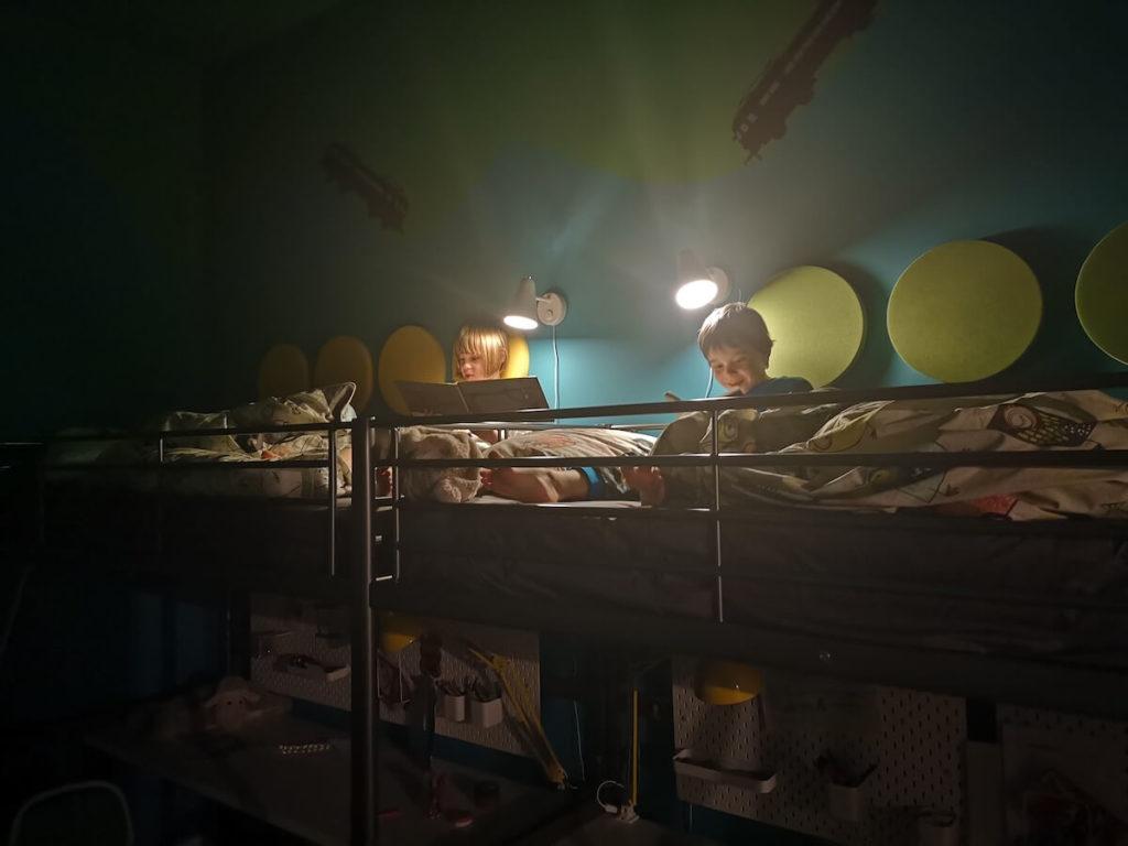 dzieci czytające na piętrowym łóżku panele Fluffo