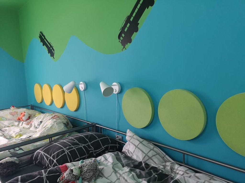pokój blizniakow z miękkimi panelami fluffo nad łóżkiem