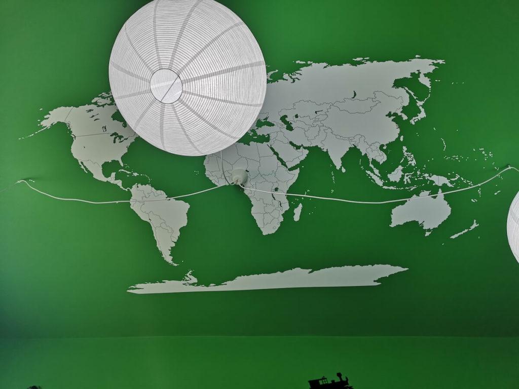 pokoj blizniakow mapa swiata na suficie naklejka