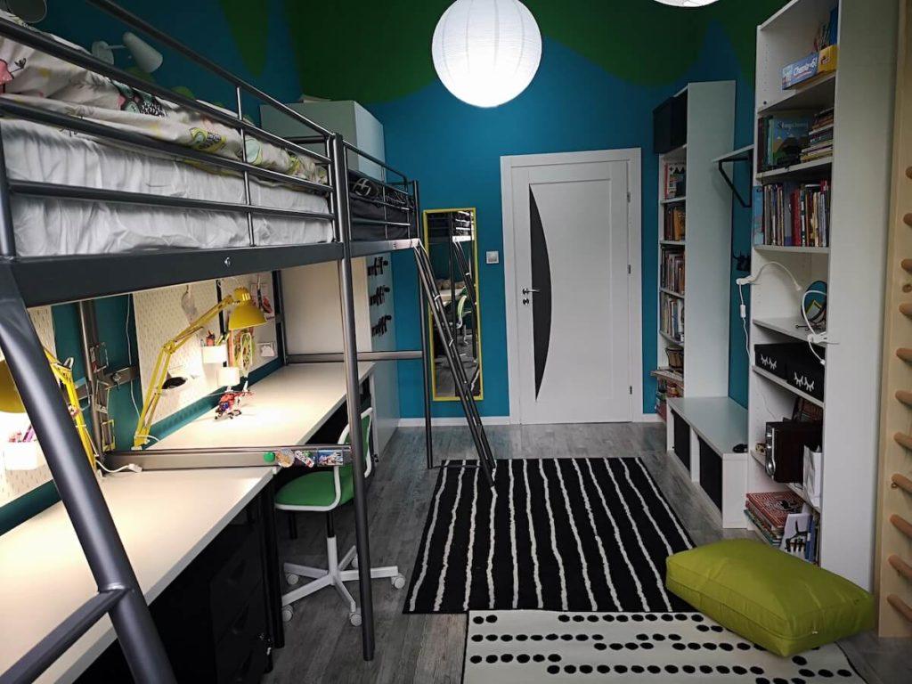 pokój blizniakow z czarnym dywanem