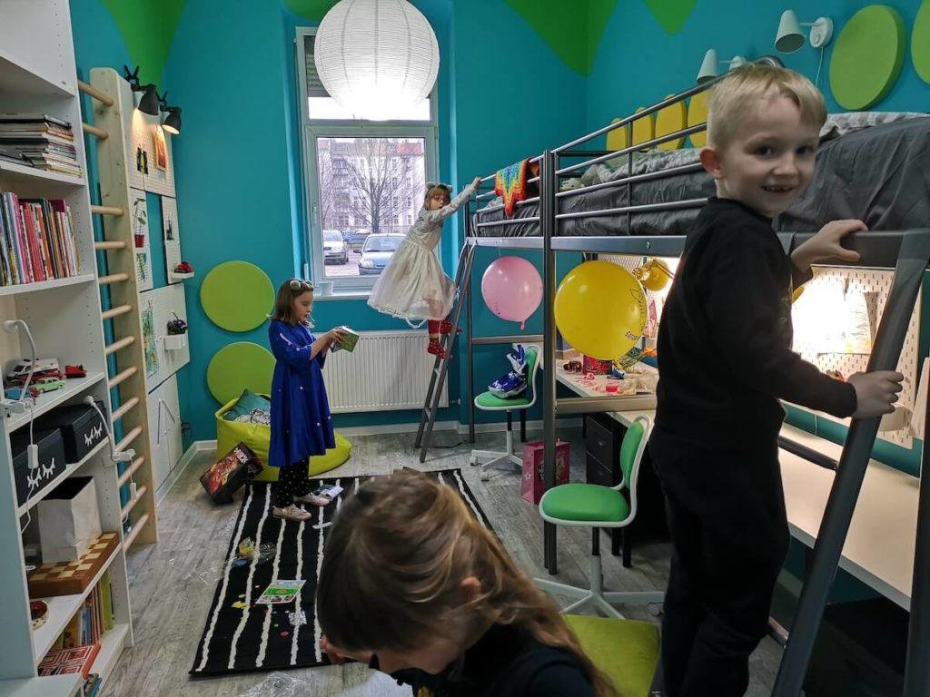 zadwololne dzieci w pokoju po metamorfozie