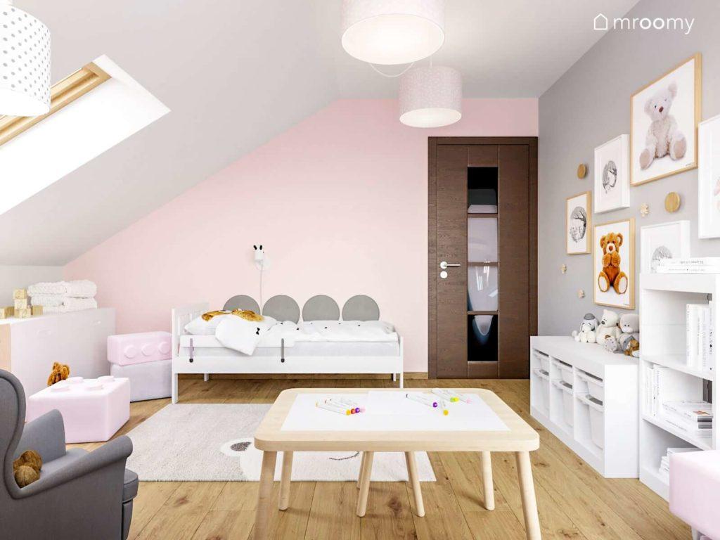 Pokój dziewczynki z szarymi panelami nad łóżkiem, białą szafką i różową ścianą