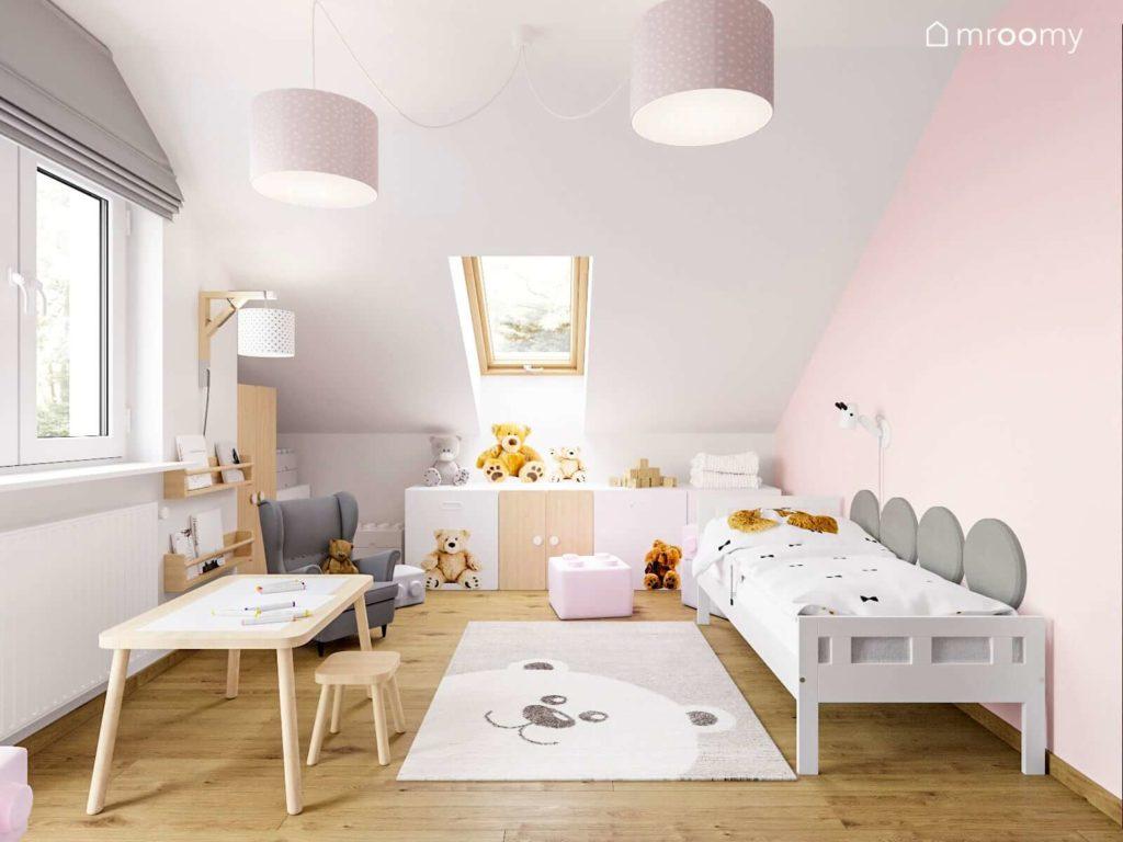 Różowo-szary pokój małej dziewczynki  z oknem połaciowym