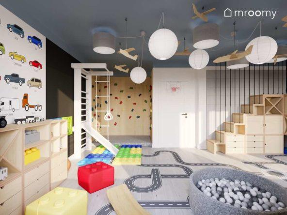 Pokój zabaw trzech chłopców z ścianką wspinaczkową drabinką gimnastyczną i antresolą ze sklejki z wbudowaną kryjówką