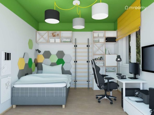 Duże biurko fotel gamingowy i łóżko w biało-zielonym pokoju nastolatka