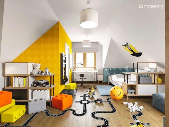 Tapeta w klocki lego pufy naklejka podłogowa i ażurowe regały w pokoju chłopca z wydzieloną garderobą