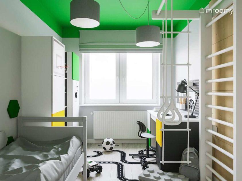 Zielono-biały pokój chłopca ze ścianką wspinaczkową drabinką do ćwiczeń i szarym łóżkiem