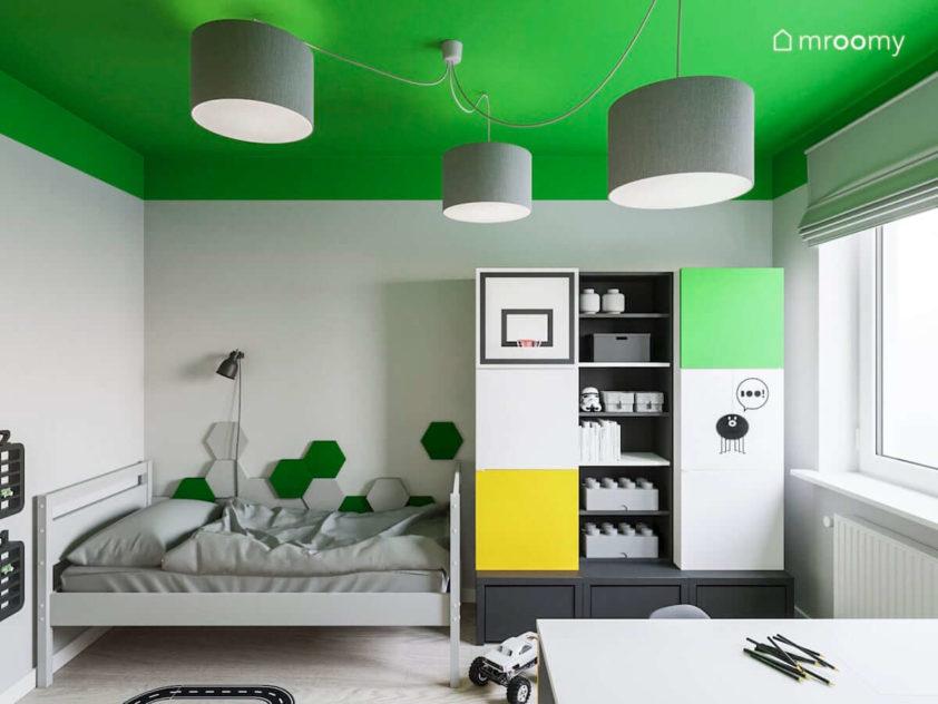 Kolorowe meble vox z szarym łóżkiem w pokoju kilkuletniego chłopca w którym jest zielony sufit i szare lampy z abażurów