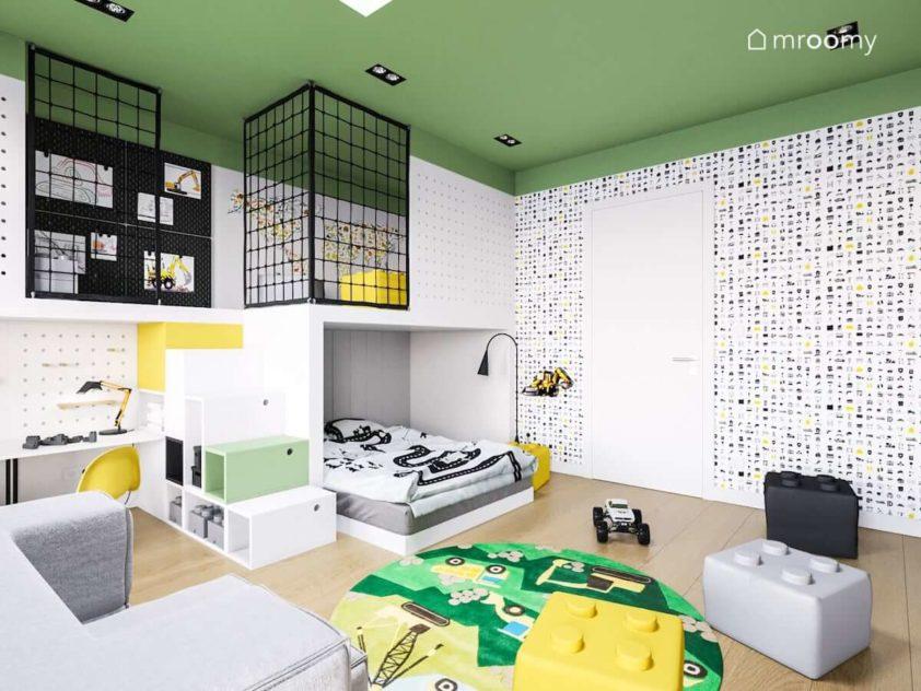 pokój dziecięcy z antresolą z funkcją spania i kryjówką z zielonym sufitem i tapetą w motywu budowlane i koparki