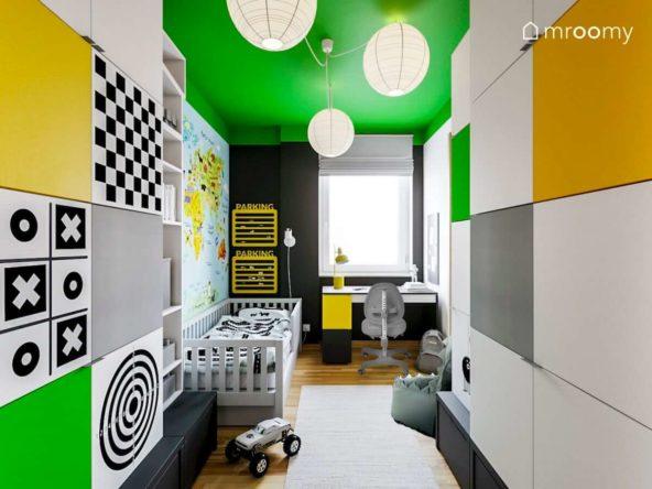 Szare łóżko i duża ilość szaf w pokoju chłopca z zielonym sufitem