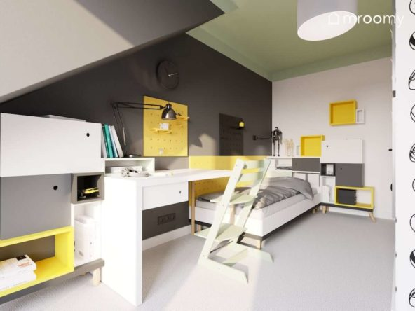 Miejsce do nauki i spania w szaro-biało-zielonej kolorystyce z żółtymi akcentami w poddaszowym pokoju chłopca