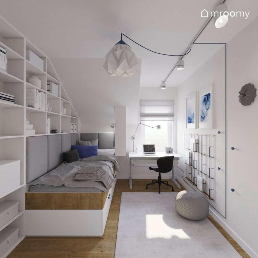 Białe meble na zamówienie z drewnianymi i niebieskimi akcentami łóżko i biurko w niewielkim pokoju chłopca na poddaszu
