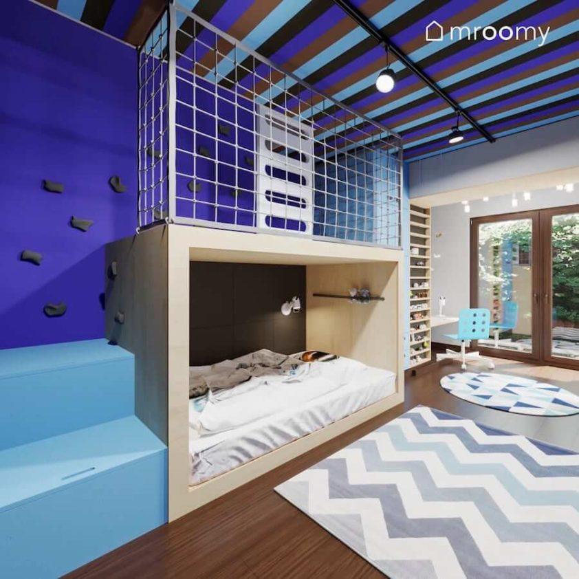 Miejsce do spania z antresolą i miejsce do zabawy w pokoju chłopca z niebieskimi elementami