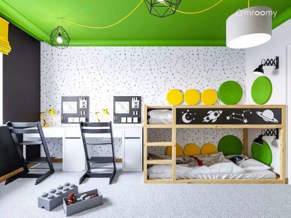 Pokój braci z piętrowym łóżkiem Kura z dodanymi naklejkami z motywem kosmosu z zielonym sufitem i czarno białą tapetą w gwiezdne konstelacje i pufami w kształcie klocków
