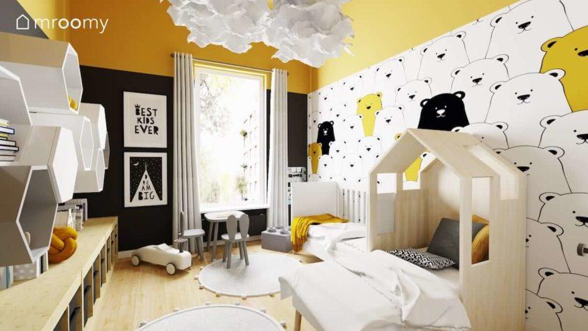 Łóżko domek i łóżko z barierkami i tapeta w misie w pokoju dwóch małych chłopców z musztardowym sufitem