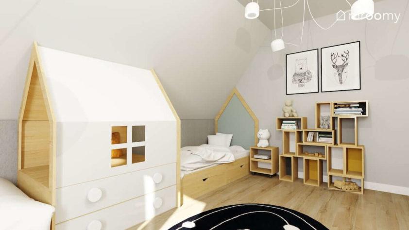 Łóżko z domkiem na wymiar i regał na książki i dywan z kosmosem w pokoju dwójki małych chłopców