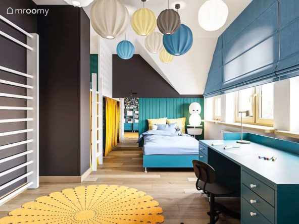 Pokój ze skosami gdzie stoi turkusowe łóżko miękkie panele na ścianie antresola z zasłonką i lampami na suficie