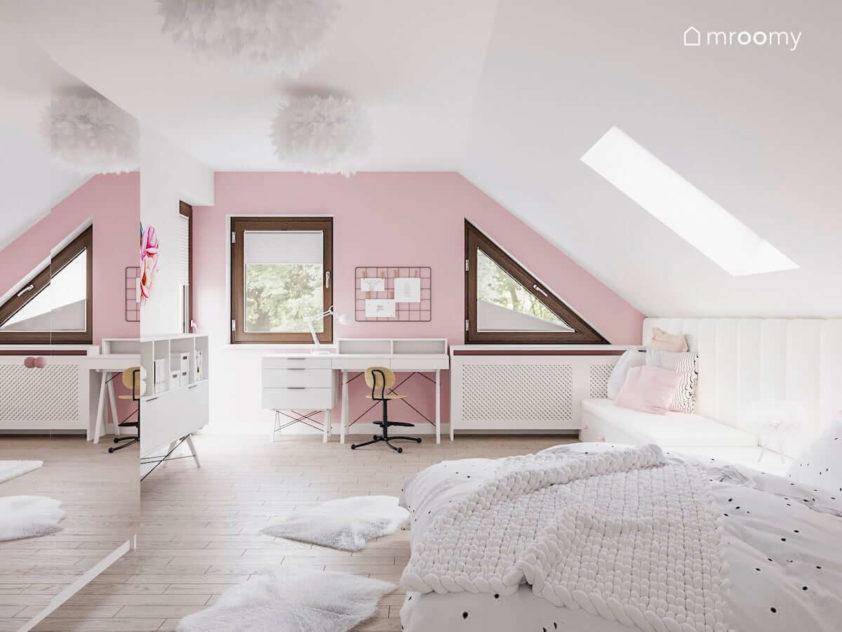 Pokój ze skosami dla dziewczynki w którym jest różowa ściana przy której stoi biurko i duża ściana z lustrem