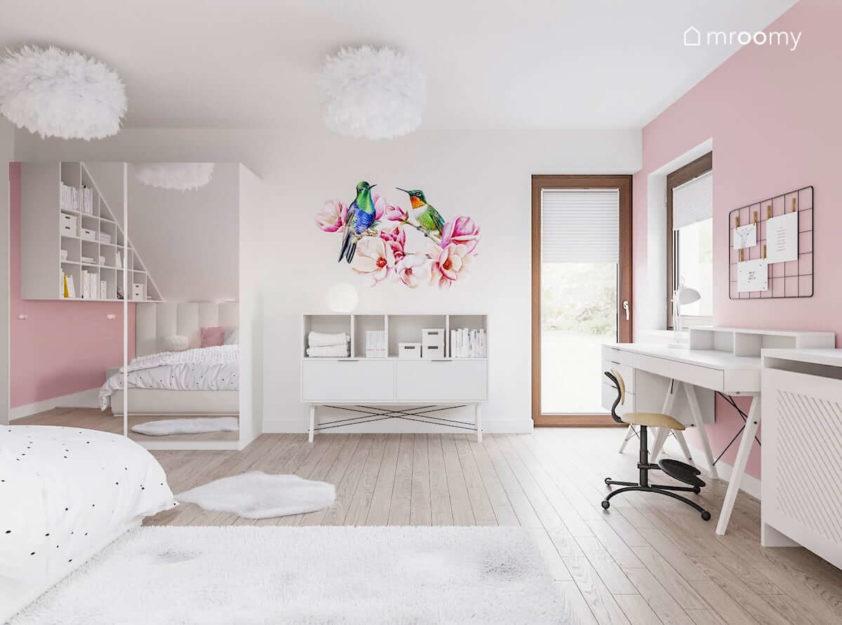 Biało-różowy pokój dziewczynki z naklejką w ptaki szafą z lustrem i białym biurkiem