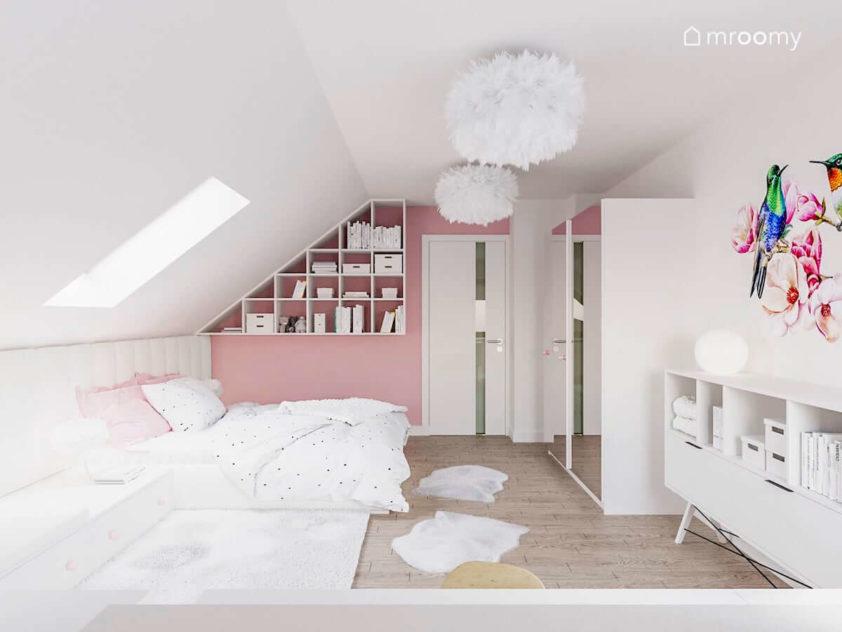 Białe meble w dużym pokoju dziewczynki z różową ścianą szafą z lustrem i lampami z piur