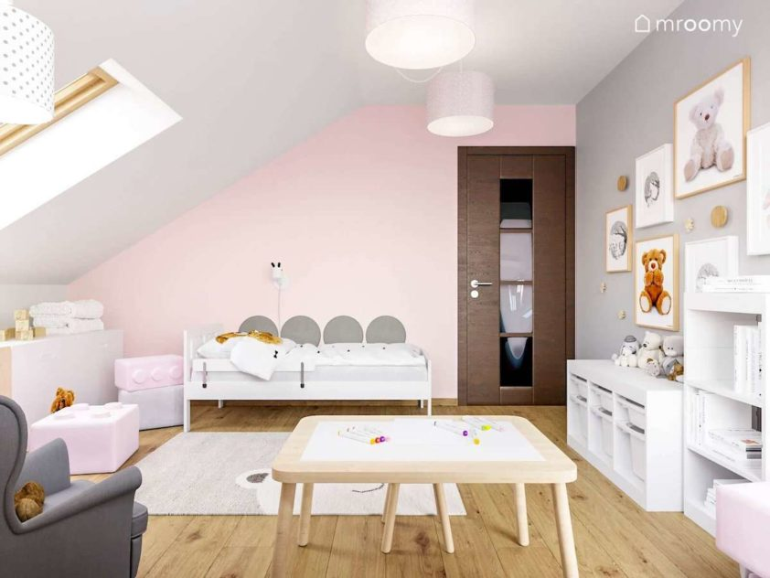 Łóżko z miękkimi panelami na różowej ścianie w pokoju kilkuletniej dziewczynki lubiącej pluszowe misie