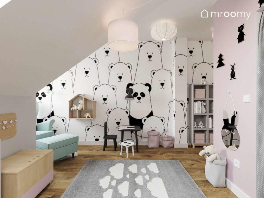 Czarno-biała tapeta w wielkie misie i pandy różowa ściana stoliczek i dywan w chmurki w różowo-szarym pokoju małej dziewczynki