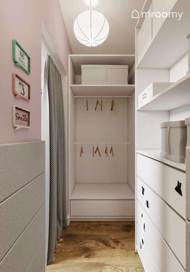 Szaro-różowa garderoba w pokoju małej  dziewczynki