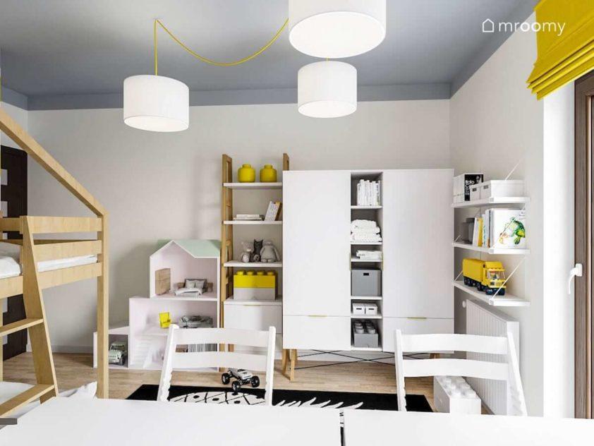 Białe meble z dodatkami jasnego drewna dwa krzesła z możliwością dostosowania do wzrostu dziecka i białe lampy z żółtym kablem w pokoju chłopca i dziewczynki