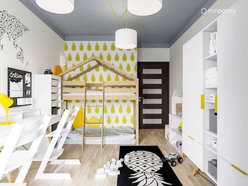 Łózko domek tapeta w ananasy jasne meble czarny dywan i białe lampy w pokoju rodzeństwa