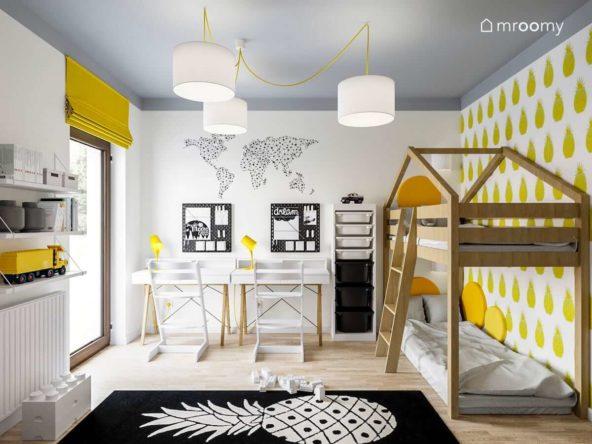 Dwa białe biurka tapeta z mapą świata piętrowe łózko i czarny dywan w anansy w pokoju brata i siostry z kolorowym sufitem