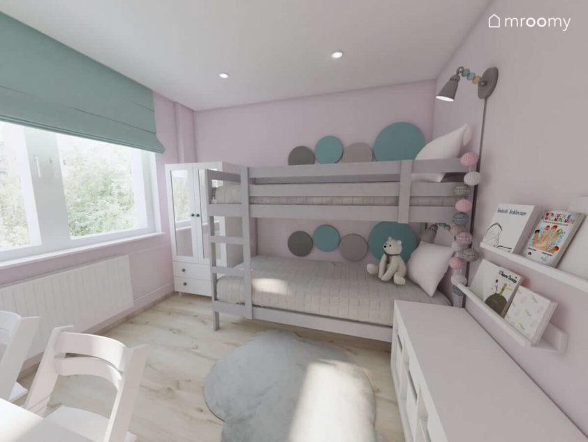 Piętrowe łóżko z panelami ściennymi w kształcie kropek puchaty dywan w chmurkę w pokoju małych dziewczynek sióstr