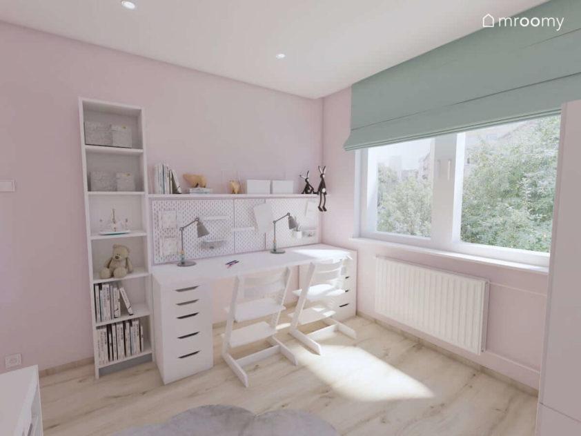Dwa białe biurka obok okna w słodko różowo-szaro-miętowym pokoju dla dwóch małych sióstr