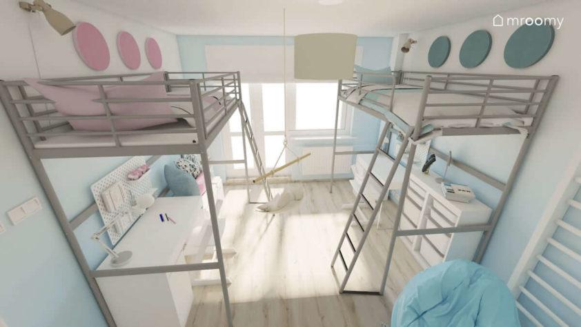 Dwie antresole z łóżkami u góry i biurkami na dole w pokoju dwóch dziewczynek ze ścianami z przejściami kolorystycznymi od niebieskiego i różu do bieli