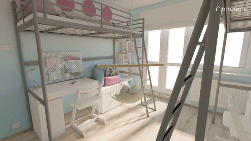 Biurko pod piętrowym łóżkiem i ściana z elementami ombre w pokoju dla dwóch dziewczynek