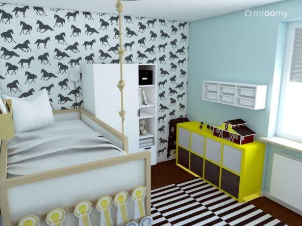 Tapeta w konie piętrowe łóżko i żółty regał w pokoju dla małej dziewczynki