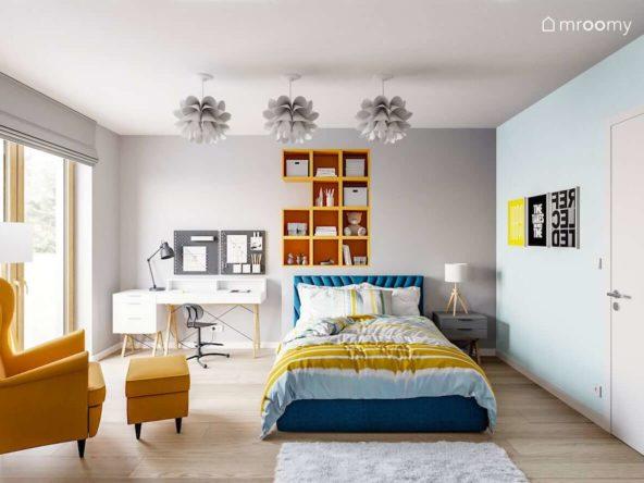 Pokój nastolatki utrzymany w szaro-niebiesko-żółtej tonacji z elementami bieli z dużym łóżkiem i białym biurkiem