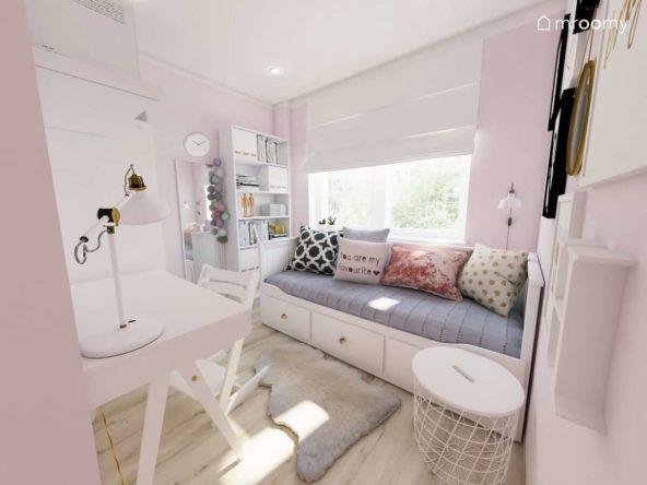 Białe łóżko z pojemnymi szufladami regał na książki i biurko w maleńkim pokoju romantycznej dziewczynki z różowymi elementami