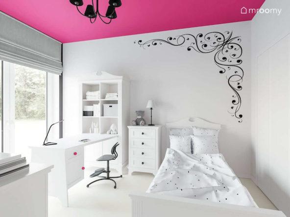 pokój dla dziewczynki z intensywnie różowym sufitem i białymi ścianami i białymi meblami