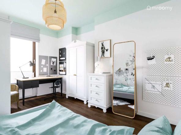 Białe meble duże stojące lustro magnetyczne tablice na ścianie pokoju dla dziewczynki z miętowym sufitem