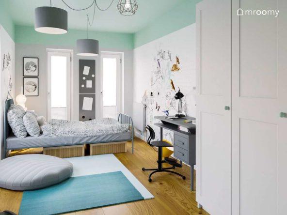 Pokój dla dziewczynki z miętowym sufitem białymi ścianami i dużą naklejką ścienną biurkiem i łóżkiem