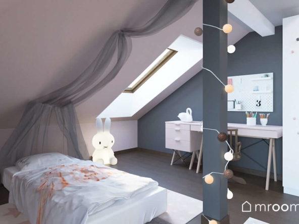 Łóżko z baldachimem i lampką królikiem na poddaszu w szaro-różowym pokoju małej dziewczynki