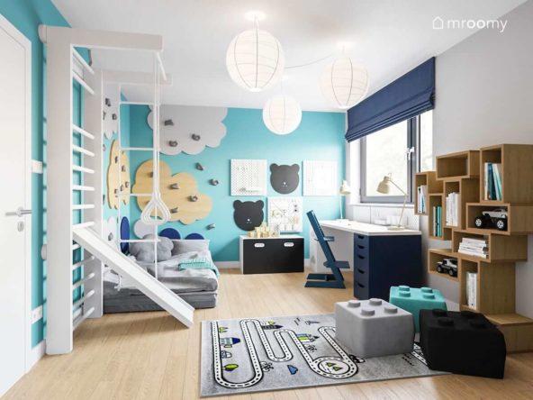 Drabinka ścianka wspinaczkowa w kształcie chmurek turkusowa ściana i dywan droga w pokoju małego chłopca