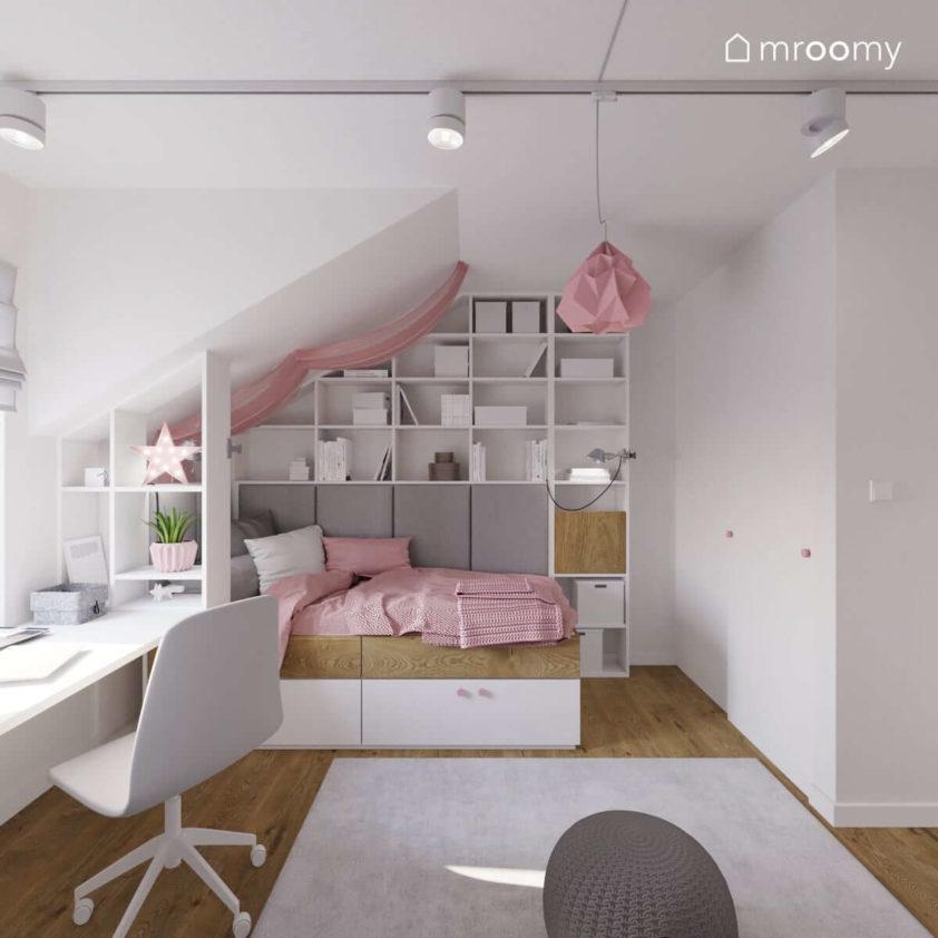 Regał na zamówienie w pokoju dziewczynki na poddaszu z biurkiem łóżkiem i szarym dywanem
