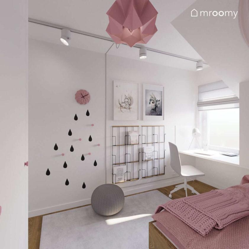 Mały pokój poddaszowy dziewczynki szkolnej z białym ścianami różowymi dodatkami i biurkiem pod oknem
