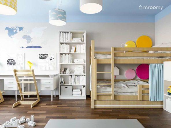 Piętrowe łóżko z miękkimi panelami ściennymi biały regał na książki obok biurka niebieski sufit z lampami w chmurki i tapeta z mapą świata w pokoju rodzeństwa