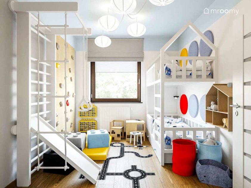 Ścianka wspinaczkowa drabinka i piętrowe łóżko w pokoju rodzeństwa chłopca i dziewczynki