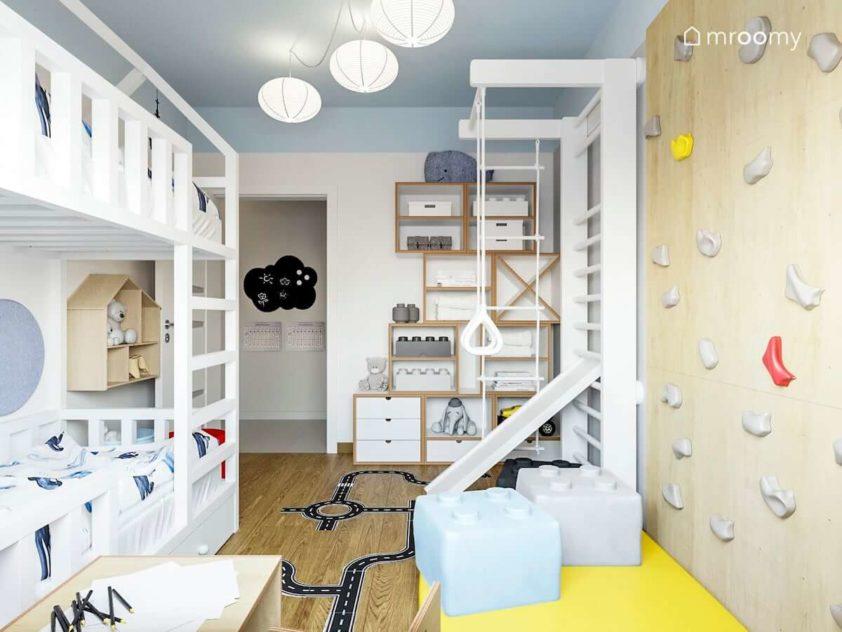 Niewielki pokój rodzeństwa chłopca dziewczynki z atrakcjami sportowymi ścianką wspinaczkową drabinką i piętrowym łózkiem